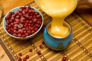 Полезные свойства клюквы и меда