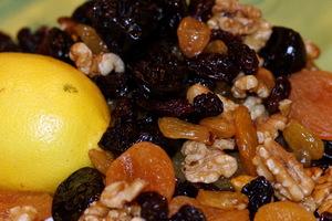 Полезная смесь для укрепления сердца и иммунитета: мёд с орехами, лимоном и черносливом с курагой
